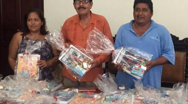 Entrega Ayuntamiento de Tuxtepec útiles escolares a preescolar de Los Reyes