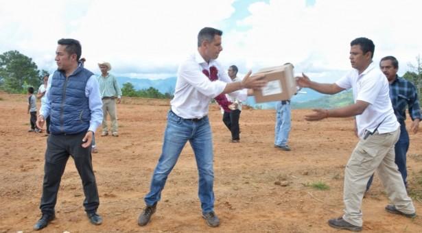 Brindan Gobiernos Estatal y Federal ayuda a Santa María Yahuivé, Choapam