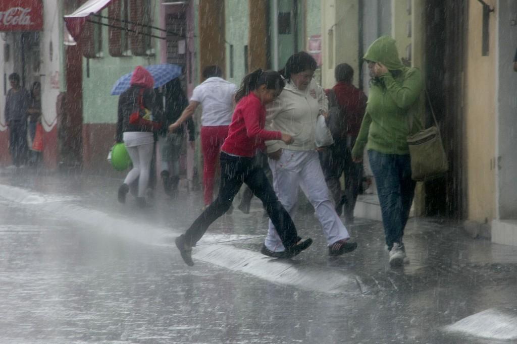 20716044. Pachuca.- Las fuertes lluvias que se han registrado en la capital hidalguense han tomado por sorpresa a los pachuqueños, y han provocando severos  encharcamientos y algunas inundaciones en diferentes puntos de la ciudad. NOTIMEX/FOTO/LUIS SORIANO/FRE/WEA/