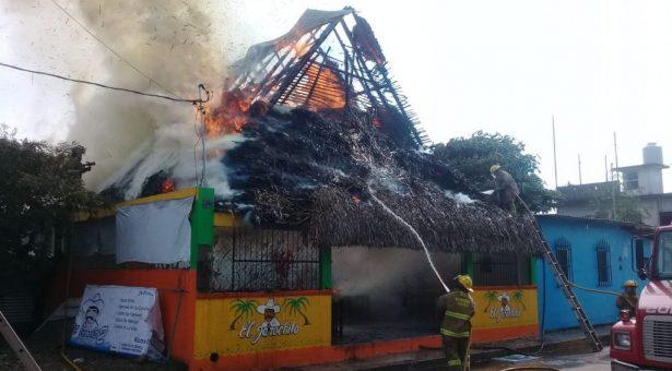 Evacuan EBDI en Tuxtepec por incendio de palapa